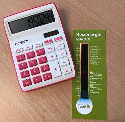 Taschenrechner und Thermometer (Heizenergie sparen)